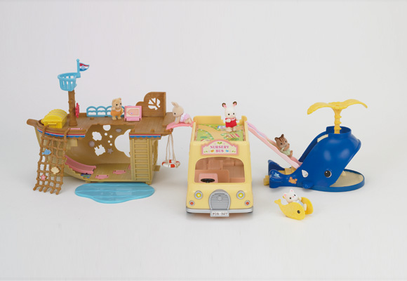 https://cdn2.sylvanianfamilies.com/includes_gl/img/catalog/connect/sylvanian/seasideboat_2F-Bus_kuzira.jpg
