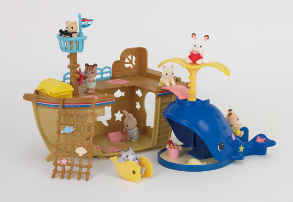 https://cdn2.sylvanianfamilies.com/includes_gl/img/catalog/connect/sylvanian/seasideboat_kuzira_h.jpg